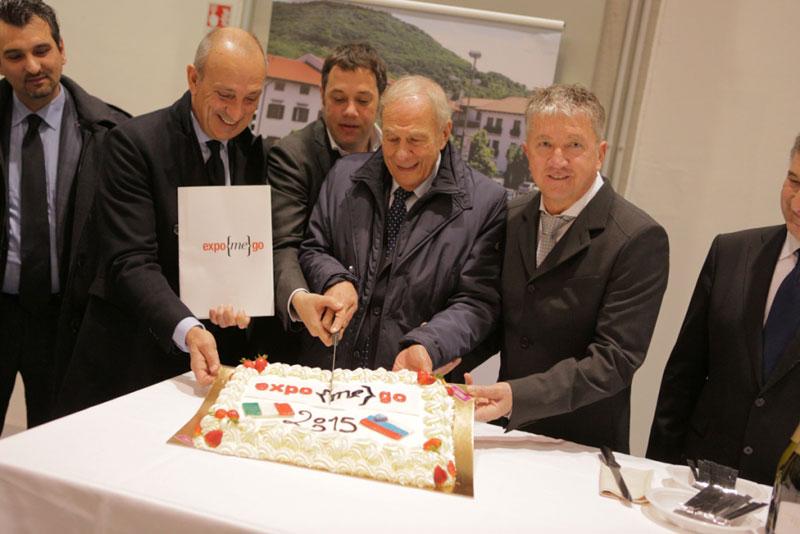 Nella foto: Il taglio della torta con i Sindaci di Gorizia e di Nova Gorica.